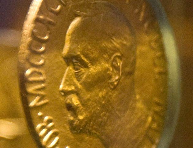 Neuf hommes, une femme: la répartition des prix Nobel n'a pas satisfait tout le monde (ici la médaille décernée en 1921 à Christian L. Lange. Photo par REUTERS/Chris Helgren)