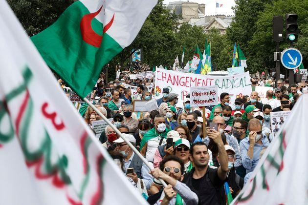 Une manifestation en soutien au mouvement de protestation du Hirak en Algérie, à Paris,...
