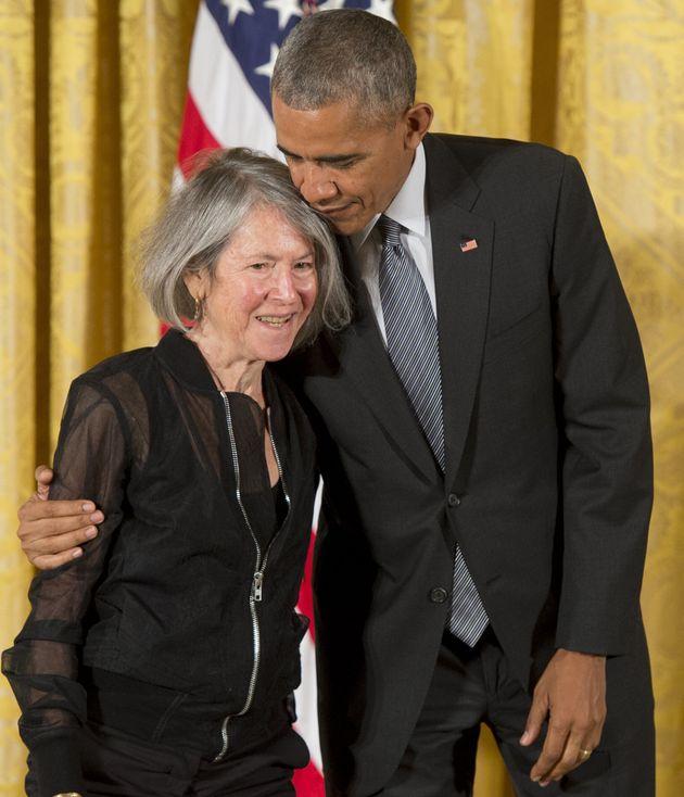 Em 2015, oentão presidente dos EUA, Barack Obama, presenteou a poeta com a Medalha Nacional...