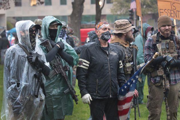 ミシガン州議会の前で銃を持って外出禁止令に抗議する人々(2020年5月14日)