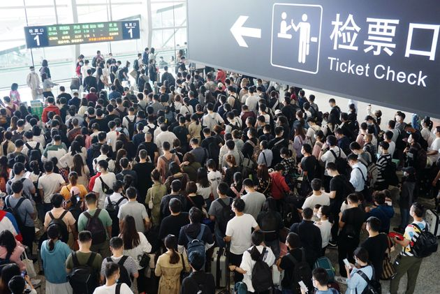 国慶節休暇で混雑する杭州東駅 (Photo by Long Wei/VCG via Getty