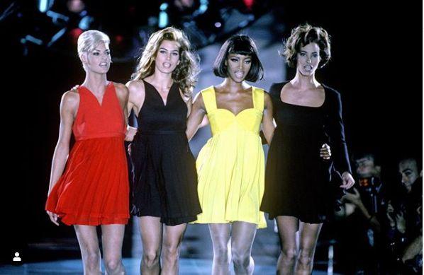 Οι (από αριστερά) Λίντα Εβαντζελίστα, Σίντι Κρόφορντ, Ναόμι Κάμπελ, Κρίστι Τέρλινγκτον σε πασαρέλα την δεκαετία του '90