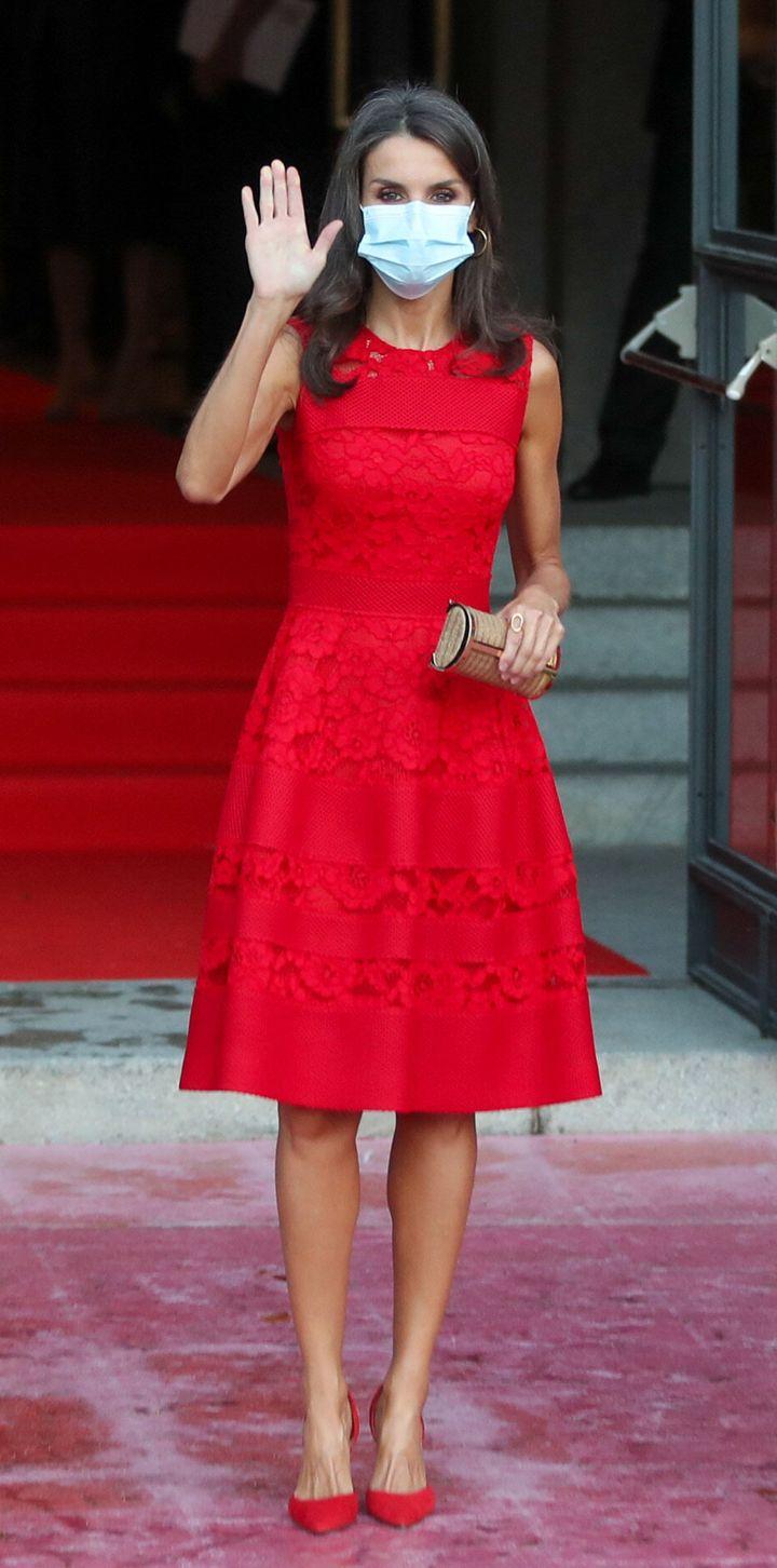La reina recuperó un vestido de Carolina Herrera para la apertura de la temporada del Real.