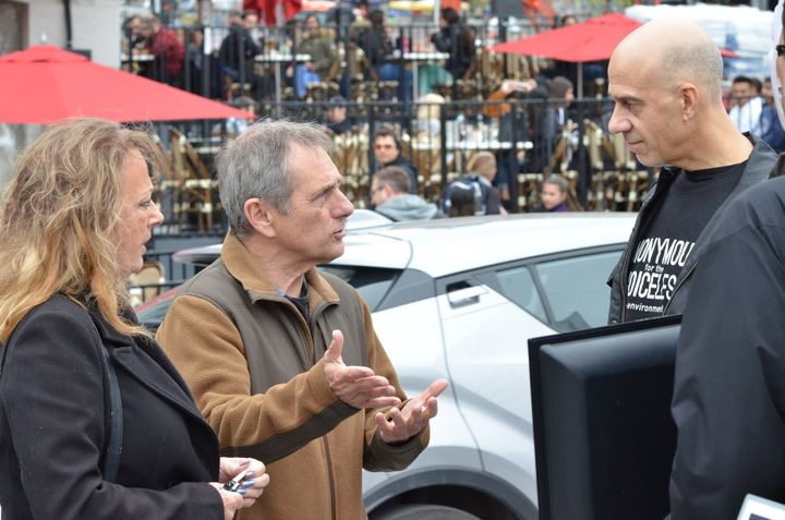 Pascal Bédard (à droite) lors d'un «cube de lavérité», un rassemblement spontané pendant lequel les activistes échangent avec les passants.