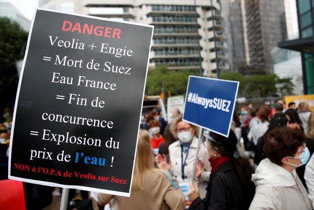 Des employés de Suez manifestent contre le projet de rachat par Veolia près du siège...
