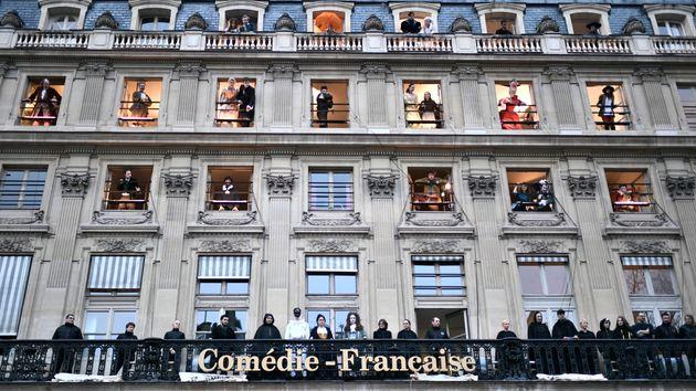 Des comédiens et employés devant la Comédie-Française manifestant contre la réforme des retraites le...