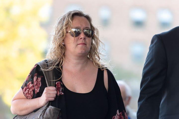 Carolyn Strom arrive à la Cour d'appel de la Saskatchewan à Regina, le mardi 17 septembre 2019. Mme Strom a été reconnue coupable de faute professionnelle par la Saskatchewan Registered Nurses Association en 2016 et s'est vu infliger une amende de 26 000 $ pour avoir critiqué les soins donnés à son grand-père.