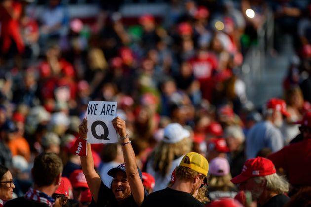 Une femme tient une affiche QAnon dans un rassemblement de Donald Trump à Moon Township, en Pennsylvanie,...