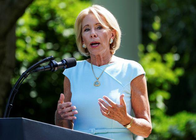 La subsecretaria de Educación, Betsy Devos, el Departamento de Educación ha amenazado con retirar fondos de ...