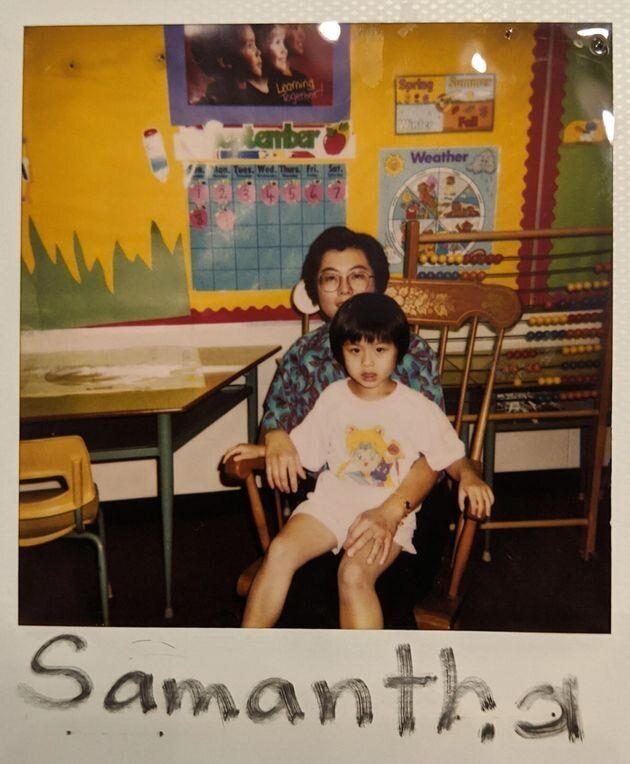L'auteure, lorsqu'elle était enfant, avec sa mère.