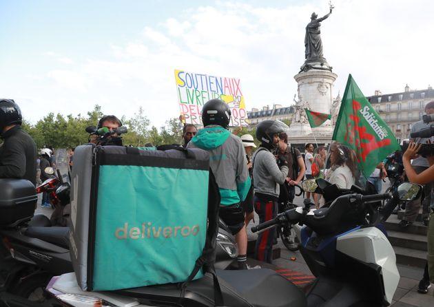 Des livreurs manifestant à Paris, en août