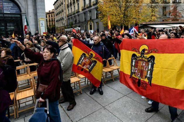 Miembros de Falange realizan el saludo fascista durante una manifestación que conmemora el aniversario...