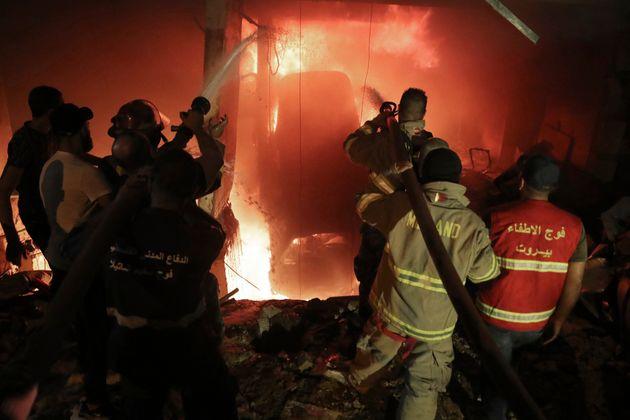 À Beyrouth, dans le quartier de Tariq al-Jdidé, l'explosion d'une cuve de carburant fait...