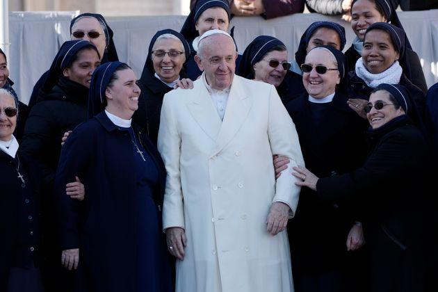 El papa Francisco, rodeado de