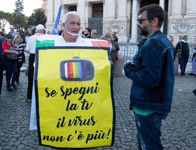 Un momento della manifestazione dei negazionisti 'Marcia della Liberazione' a Roma, 10 ottobre 2020....