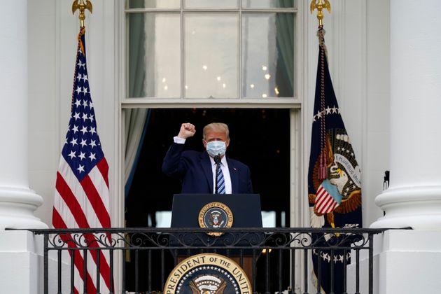 «Είμαι καλά», δηλώνει ο Ντόναλντ Τραμπ από το μπαλκόνι του Λευκού