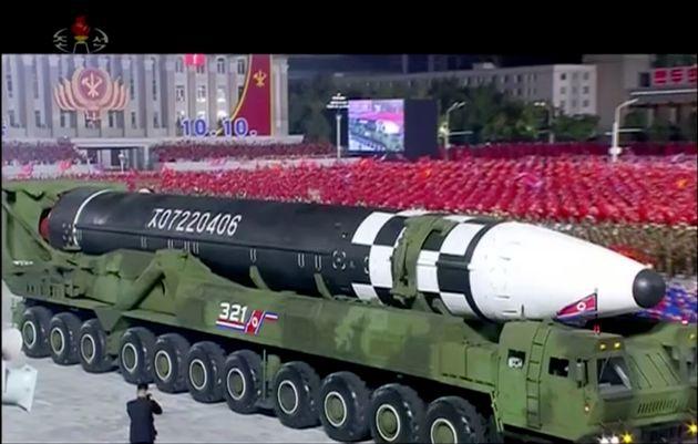 북한이 이날 열병식에서 공개한 신형