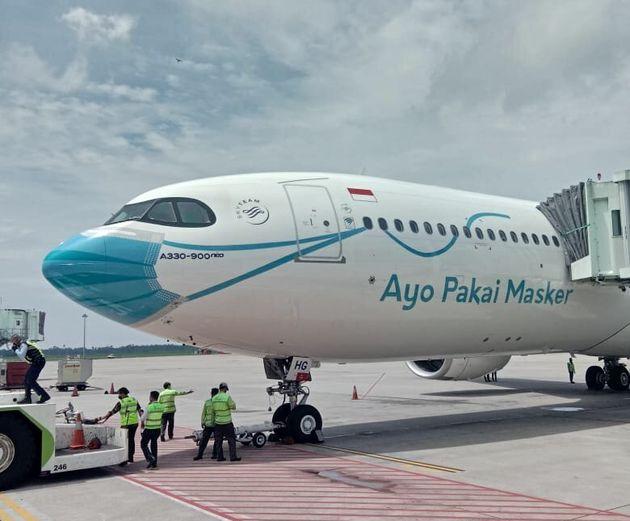 「水色のマスク」を機種に塗装したエアバス機(ガルーダ航空の公式Twitterより)
