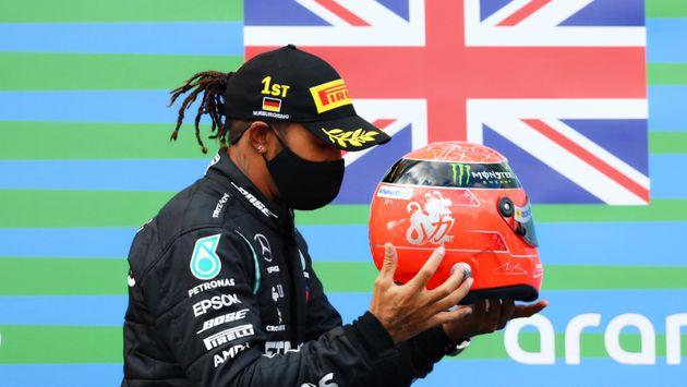 Lewis Hamilton riceve il casco di Micheal Schumacher dal figlio