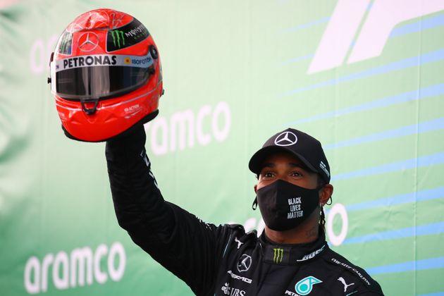 Lewis Hamilton, ici célébrant sa victoire au Grand Prix d'Allemagne de Formule 1 de l'Eifel,...