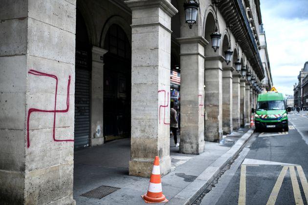 Une photo montre des croix gammées peintes à la bombe sur des colonnes de la rue Rivoli...