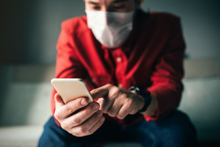 Researchers at CSIRO found that at 20 degrees Celsius the SARS-COV-2 virus remained infectious for 28 days on smooth surfaces such as plastic banknotes and glass found on mobile phone screens.