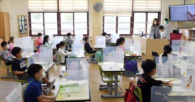 수도권의 유치원과 초·중·고등학교 등교가 재개된 9월 21일 서울 강동구 한산초등학교에서 2학년 학생들이 수업을 듣고