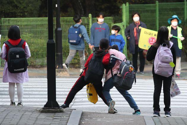 사회적 거리두기가 1단계로 하향 조정된 가운데 12일 오전 서울 노원구에서 초등학생들이 등교를 하고
