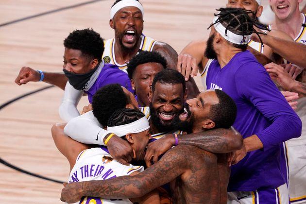 LeBron James célébrant la victoire des Los Angeles Lakers face au Miami Heat en finale...