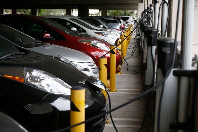 Le gouvernement va créer un nouveau bonus pour inciter à l'achat de véhicules électriques....