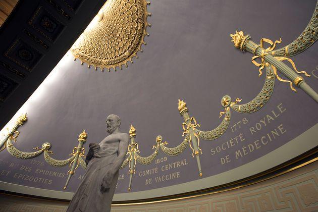 La statue d'Hippocrate à l'Académie nationale de Médecine à Paris le 11 mars...