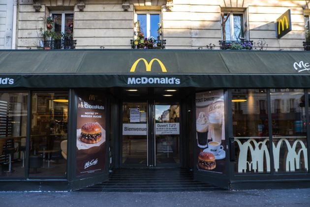 La devanture d'un restaurant McDonald dans le 14e arrondissement de Pari, le 15 mars 2020 (image d'illustration)(Photo...