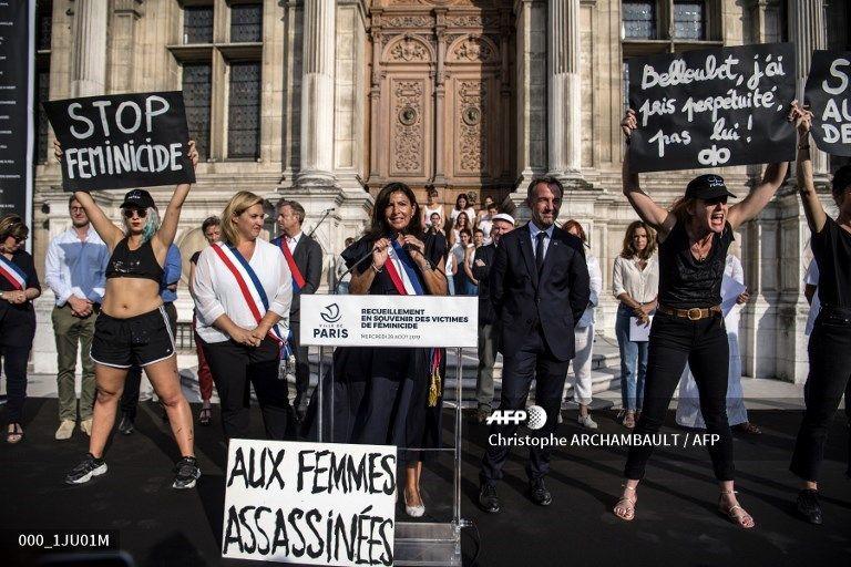 La maire de Paris, Anne Hidalgo et son adjointe Hélène Bidard, chargée de l'Egalité femmes-hommes en août 2019 devant l'Hôtel de Ville.