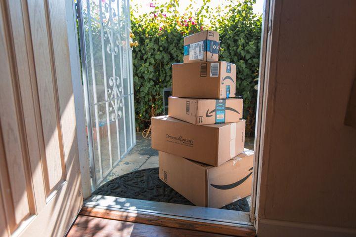 Una pila de paquetes de Amazon en la puerta de una casa. Quizás no hace falta pasarse tanto, pero Prime Day es la ocasión perfecta para darse un caprichito.