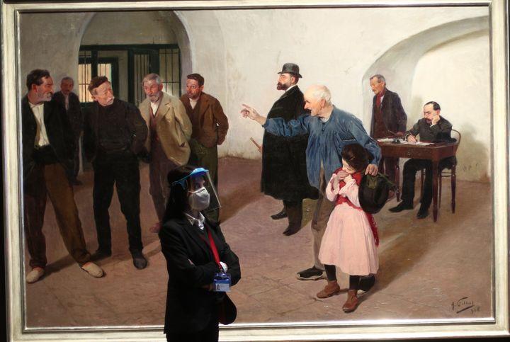Una empleada del museo frente a la obra 'El Sátiro', de AntoniFillol, que forma parte de la exposición 'Invitadas'.