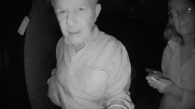 Robert Wilson y su esposa, llamando a la casa de Paul