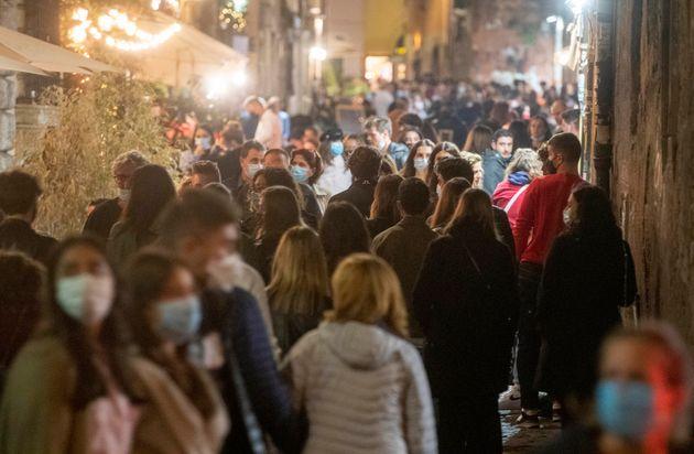 Mascherine, movida e controlli nel quartiere Trastevere. Roma, 11 ottobre 2020. ANSA/PERI -