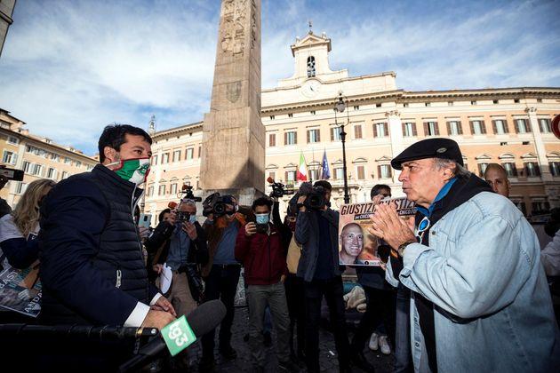 Il segretario della Lega Matteo Salvini con Enrico Montesano durante la manifestazione