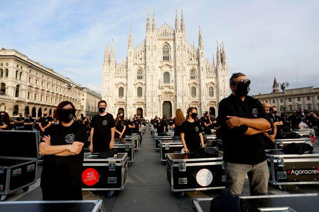 La manifestazione Bauli in Piazza dei lavoratori dello spettacolo in piazza Duomo a Milano, 10 ottobre...