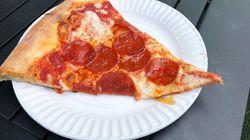 Πελάτης βρήκε ξυραφάκια στο ζυμάρι πίτσας που