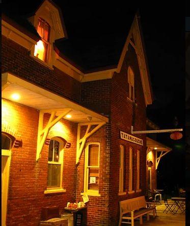 Το Train Station Inn την νύχτα