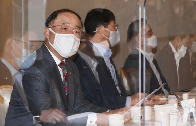 8차 부동산시장 점검회의 주재하는 홍남기