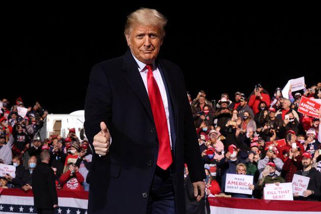 도널드 트럼프 미국 대통령이 존스타운 공항에서 열린 유세에서 지지자들의 환호에 답하고 있다. 존스타운, 펜실베이니아주. 2020년