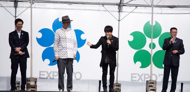 1970年大阪万博50周年記念セレモニーに登場したコブクロ。松井一郎大阪市長(右端)、吉村洋文府知事(左端)とともに、万博について語った。