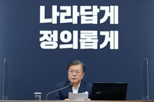문재인 대통령이 12일 청와대 여민관에서 수석·보좌관회의를 주재하고 있다.