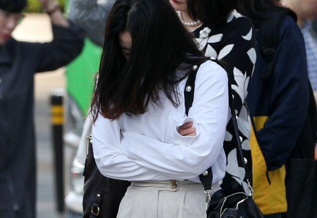(자료사진) 서울 종로구 세종대로 사거리 횡단보도에서 외투를 입은 시민들이 발걸음을 재촉하고 있다.