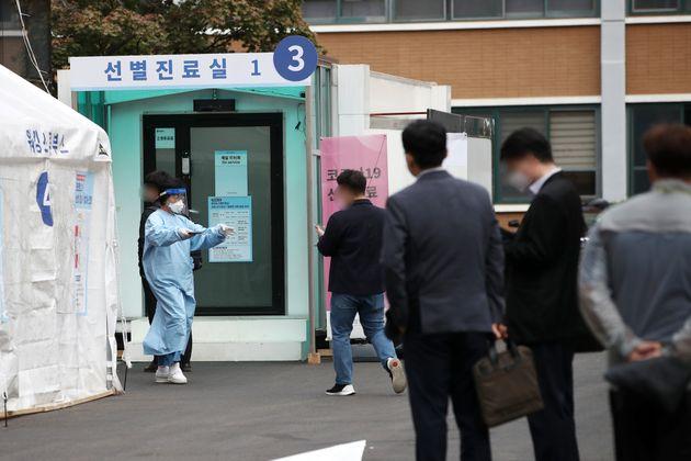 14일 서울 중구 국립중앙의료원 코로나19 선별진료소에서 의료진이 분주히 움직이고