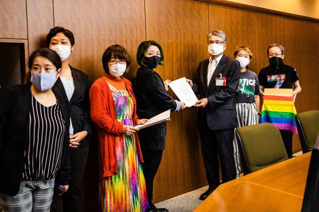 抗議署名と要望書を受け取る長谷川勝美足立区副区長(中央右)