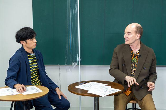 (左)お笑い芸人 小島よしおさん、(右)日本文学研究者 ロバート