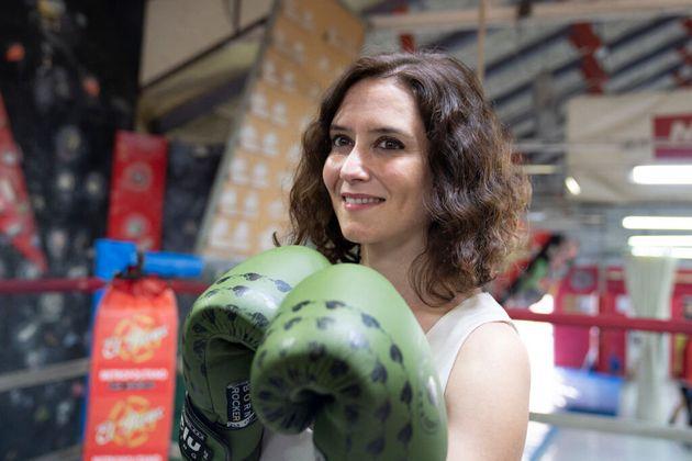 La presidenta madrileña, Isabel Díaz Ayuso, en abril de 2019, durante el campeonato femenino de boxeo...